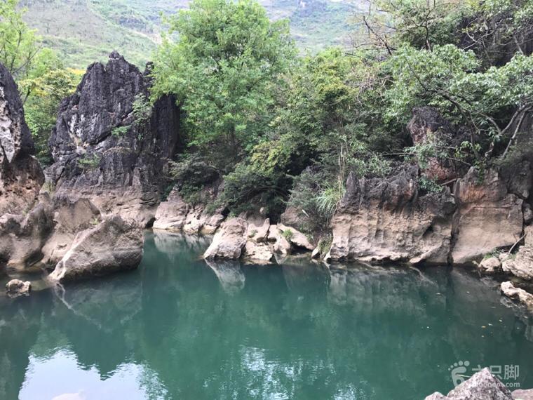 陡坡塘水上石林