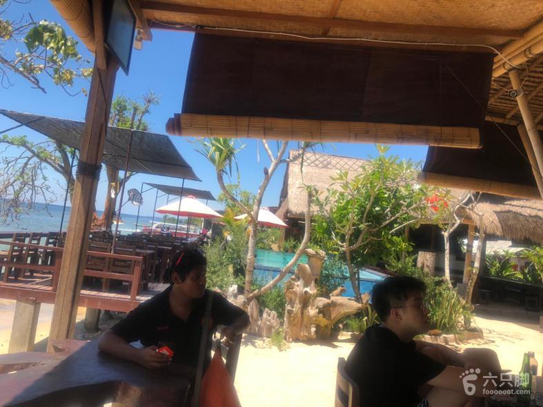 蓝梦岛出海小泳池、躺椅、方桌长桌。有椰子、冰淇淋。