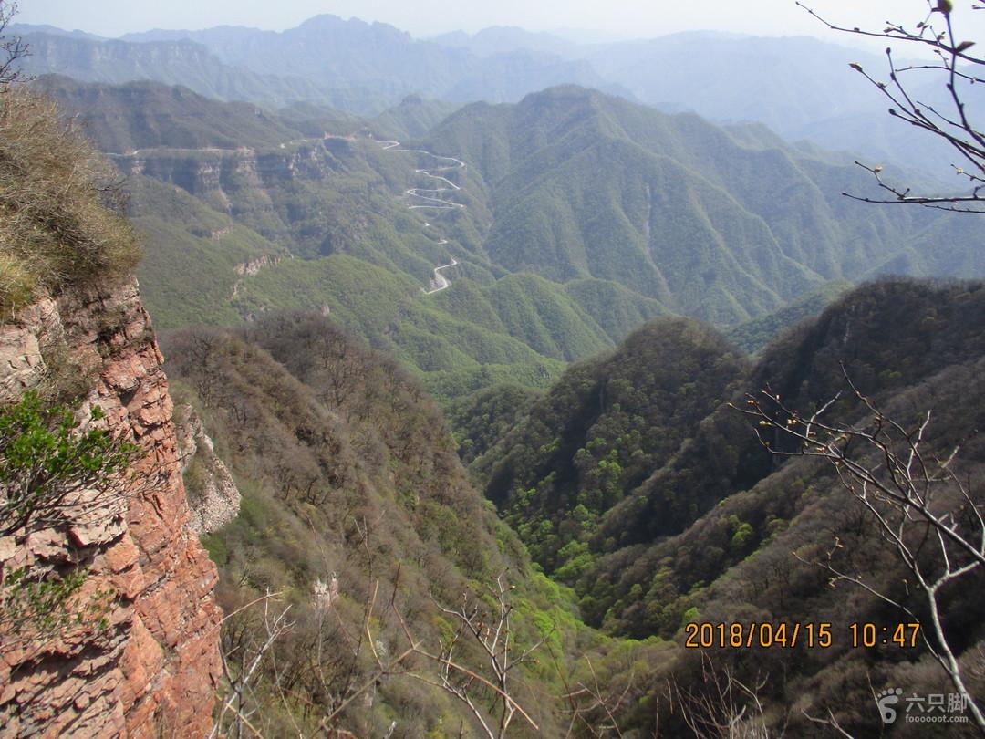 20180415河南济源·王屋山风景区站在天坛阁北侧平台向东北看,山坡公路是上王母洞的