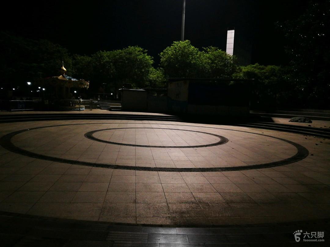 晨泳东门广场舞池