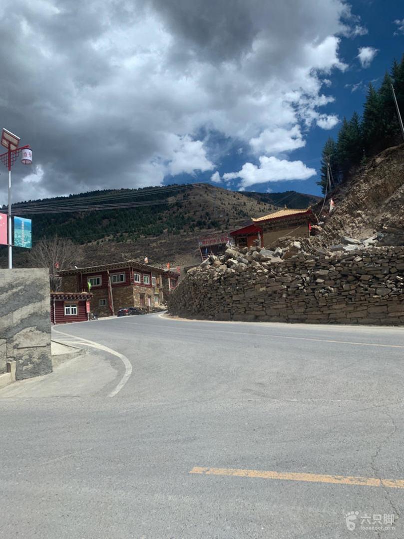 翁达格萨尔藏寨停车场入口