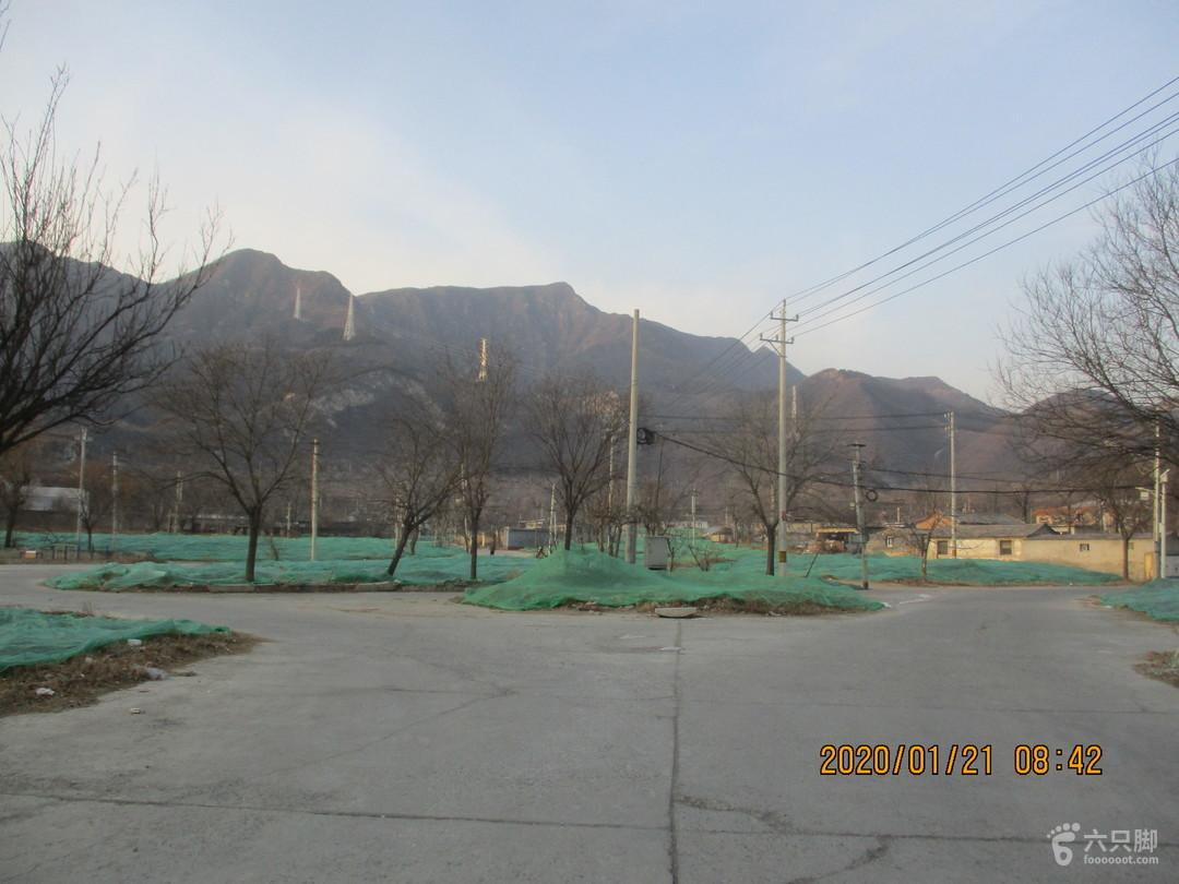 20200121半壁店-鬼子石刻-鳳凰山-南車營-黃土坡已經夷為平地的半壁店村,照片中間山包就是鳳凰山